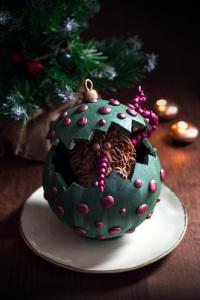 La boule de Noël - Moulage en chocolat avec un petit monstre en chocolat à l'intérieur  Chocolate christmas tree bulb ! ©Photographie et stylisme culinaire Qui a volé les tartes ?