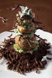 L'épouvanchou - Religieuse au caramel beurre salé  ©Photographie et stylisme culinaire Qui a volé les tartes ?