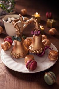 La boule de Noël - Moulage en chocolat au marshmallows Marshmallows & chocolate bells  ©Photographie et stylisme culinaire Qui a volé les tartes ?