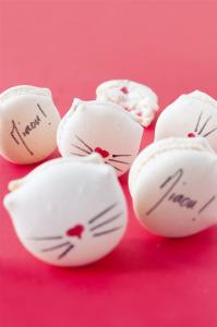 Macarons Chat à la ganache montée chocolat blanc et pomme d'amour  © Création - Qui a volé les tartes © Stylisme - La Châteleine