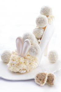 Queues de lapin - Rafaellos fait maison à la noix de coco, chocolat blanc, grains de noisettes caramélisées et gaufrettes au sarrasin   ©Photographie et stylisme culinaire Qui a volé les tartes ?