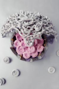 Charlotte sans gluten aux fleurs et à la mûre et sa haie d'épines en meringue  © Création - Qui a volé les tartes © Stylisme - La Châteleine