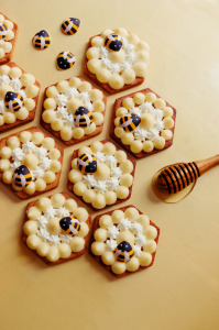 Tartes sablées sans gluten au pollen de fleurs, crémeux miel d'oranger, chantilly miel & mimosa  © Création - Qui a volé les tartes © Stylisme - La Châteleine