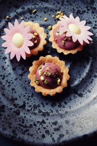 Tartelettes sans gluten au raspberry curd  ©Photographie et stylisme culinaire Qui a volé les tartes ?