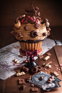 """Cupcake géant """"SNCT"""" - Coque en chocolat, molly cake chocolat, sirop fève tonka, ganache montée au chocolat lait & fève tonka, croquant au praliné & amandes torréfiées, crème au beurre chocolat... ©Photographie et stylisme culinaire Qui a volé les tartes ?"""