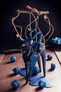 Le chat marionnette et ses macarons à l'encre des étoiles - L'épine d'Églantine  ©Photographie et stylisme culinaire Qui a volé les tartes ?