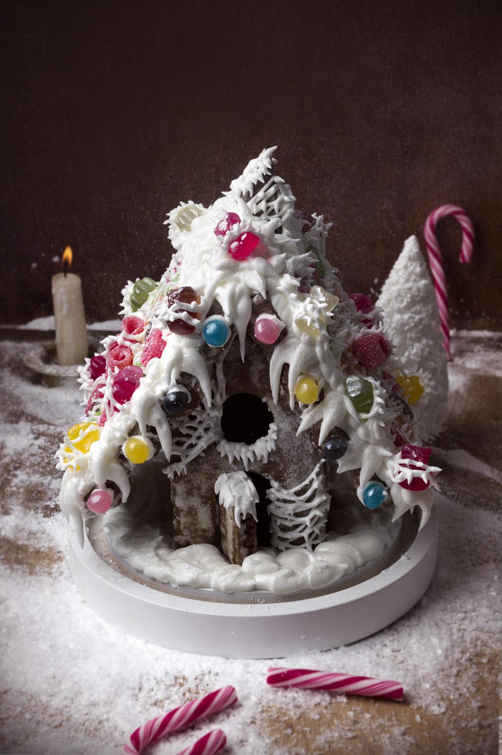 la-maison-de-pain-depices-gingerbread-house-qui-a-vole-les-tartes-studio-de-creation