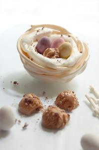 Nid de meringue, mousse de lait, glace au chocolat et mini oeuf en chocolat © Création - Qui a volé les tartes © Stylisme - La Châteleine