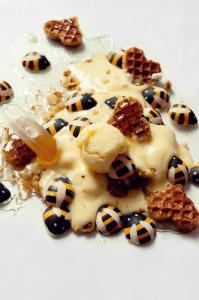Glace au miel sans sorbetière et sans sucre ajouté, sirop miel, citron, vanille et gaufrettes au miel  © Création - Qui a volé les tartes © Stylisme - La Châteleine