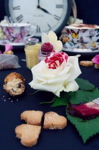 Tea time in wonderland _ Recette shortbreads, mini scones, passion curd, eton mess sans gluten ©Photographie et stylisme culinaire Qui a volé les tartes ?